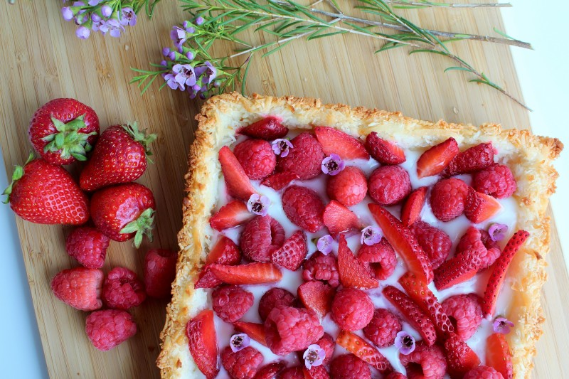 Torta de coco e frutas vermelhas sem glúten 13