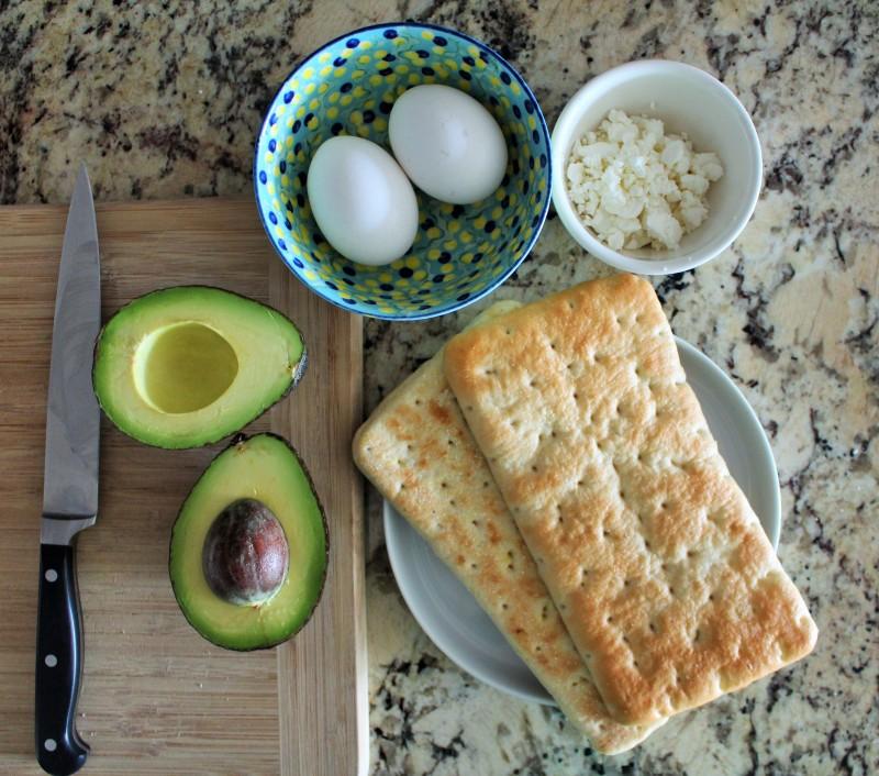 Torrada com abacate e ovo 1