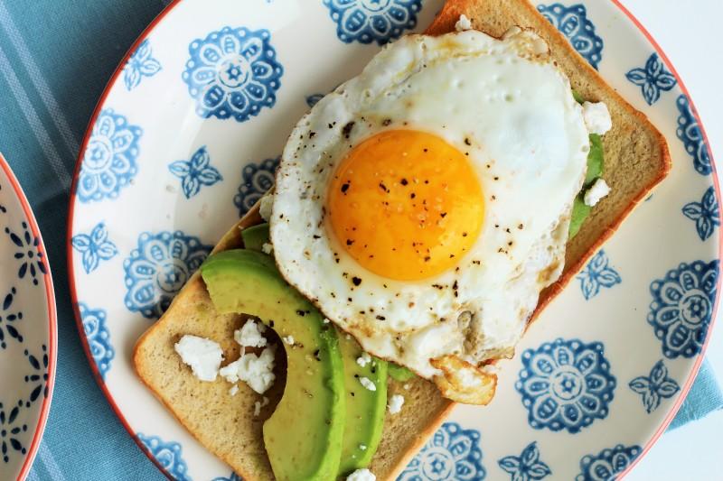Torrada com abacate e ovo 12